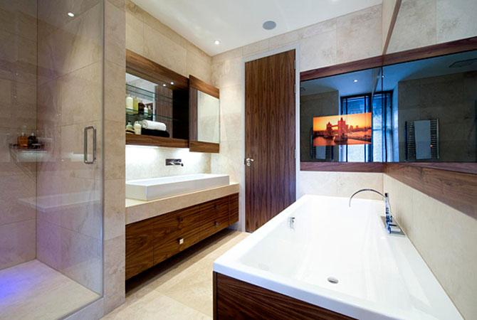 интерьер комнатс деревянными покатыми потолками